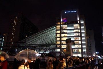 <p>우메다 역에서 오사카 역으로 가는 다리 위</p>