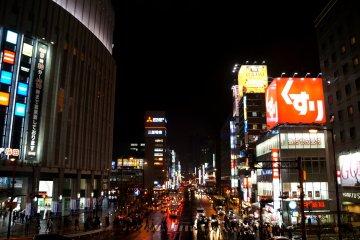 <p>다리 위에서 바라본 오사카 역 주변 풍경</p>