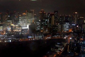 <p>공중정원 카페 근처 자리에서 찍은 야경 (오사카 역의 모습)</p>