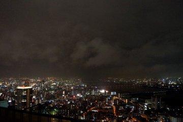 <p>우메다 스카이 빌딩 옥외에서 바라본 야경</p>