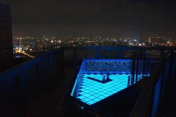 <p>우메다 스카이 빌딩 옥외에서 바라본 야경 - 이벤트를 할 수 있는 공간 같았어요.</p>