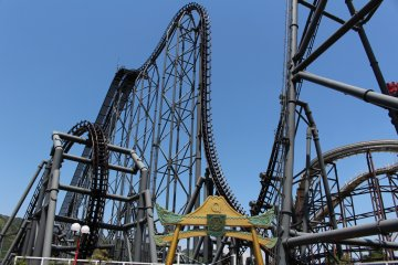 <p>A look at the twisted and curvy 4D roller coaster Eejanaika.</p>