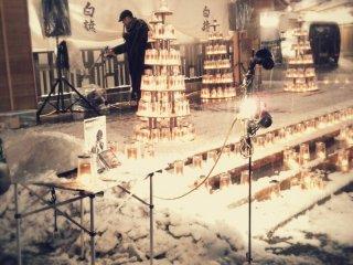По случайному совпадению, это был вечер дня Святого Валентина. Игрок на губной гармошке стоит на сцене, посыпанной снегом. Как вы можете видеть, это была действительно холодная ночь, но сентиментальная мелодия гармошки согревала наши души, так что мы немного постояли и посмотрели на него...