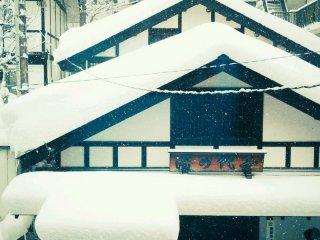 Как только я встала с кровати утром, я посмотрела, или еще идет снег. На верху крыши было немного снега со вчерашнего дня, но ночью тоже неплохо замело.