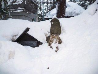 Взбираясь по лестнице недалеко от Юбатаке, вы доберетесь до храма Косендзи. Все покрыто большим слоем снега, даже Дзизо выглядит очень замерзшим...