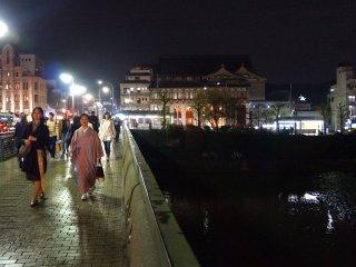 기온 거리, 강 위의 다리, 기모노를 입은 여인