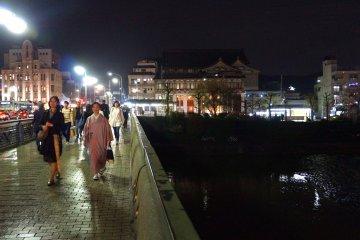 <p>기온 거리, 강 위의 다리, 기모노를 입은 여인</p>