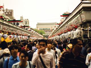 Dès 11h, l'allée menant au temple est noire de monde. De chaque côté se trouvent les boutiques permanentes du temple, ouvertes durant le festival.