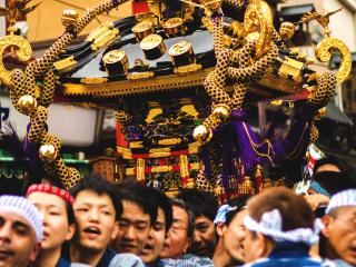 """Les kamis (les divinités) sont transportés pendant les trois jours que durent le festival dans les """"mikoshi"""", de lourds autels en bois imitant le temple d'Asakusa."""