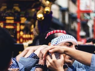 """Les """"mikoshi"""" ne pèsent pas moins d'une tonne chacun et nécessitent la force d'une quarantaine de personnes pour les soulever. Tout au long du festival, on peut les voir se relayer durant les parades"""