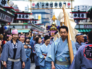 """Les parades du samedi rassemblent des centaines de personnes venues des 44 quartiers d'Asakusa pour transporter les """"mikoshi"""" autour du temple."""