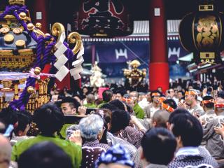 Le temple n'accueille jamais autant de visiteurs que durant le Sanja Matsuri ! En trois jours de festival, près de 2 millions de visiteurs viennent au Senso-ji.