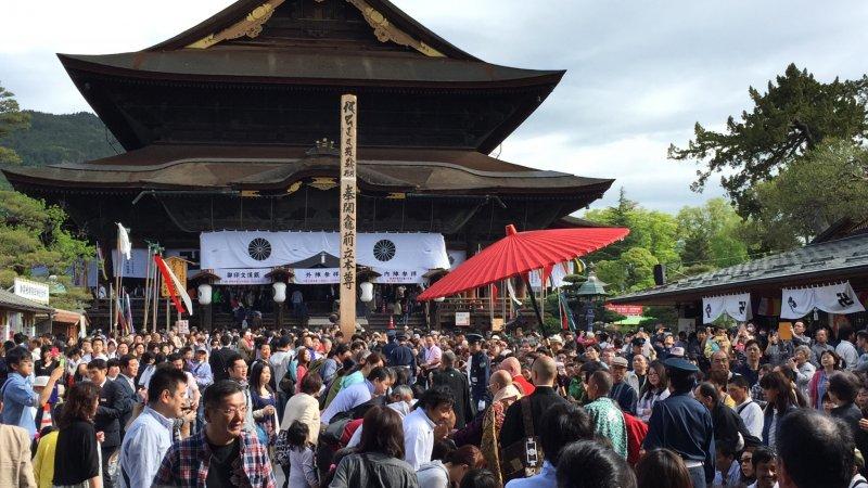 <p>Zenkoji&nbsp;Temple, with the Eko-Bashira standing in front.</p>
