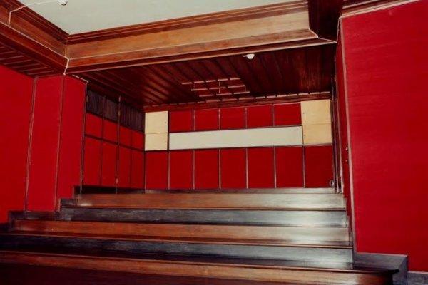 Những bức tường được lót lụa đỏ trong một căn phòng bên cạnh phòng Mozart