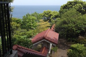 Nhìn xuống sườn đồi: biệt thự nằm bên phải phía dưới