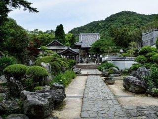 Có một khu vườn quanh cổng chính của ngôi đền thứ tư