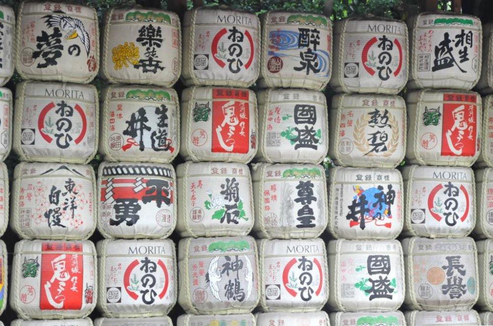 Các thùng rượu sake được cấp cho đền