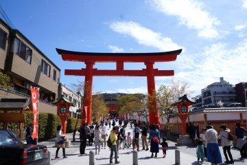 <p>JR 이나리 역에서 내리면 바로 보이는 후시미 이나리 타이샤 첫번째 도리이</p>