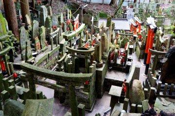 <p>헤매던 길에 찾은 수많은 석상들과 비석, 도리이 모양의 기도처들. 얼마나 오래됐는지 이끼가 많이 껴 있었어요.</p>