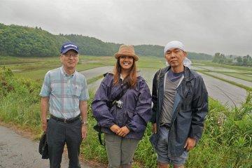 <p>Тур, посвящённый высадке риса, включает живописную дорогу через рисовые поля, Ято Страны Холмов. Со мной сфотографированы Таканобу Ёден (слева) и участник Кейта (справа)</p>
