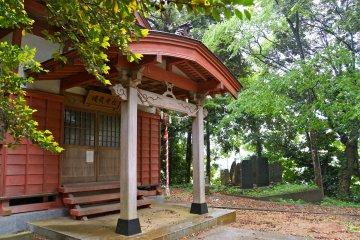 <p>Тур также включает в себя короткую остановку в храме Убатаке. Большие камни видные на расстоянии ознаменовывают ежегодное паломничество к святыням, расположенным в горах на севере Японии</p>