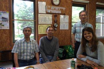 <p>Внутри &quot;Watashi-no-inaka&quot; Yato Workshop с квалифицированными гидами господином Канеоя (слева) и господином Ёден (справа)</p>