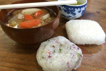 <p>Вкусные рисовые шарики, домашний суп мисо и зелёный чай включены в тур высаживания риса! Вкусно!</p>