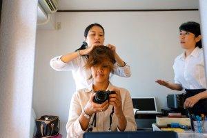 Госпожа Махо Кондо и госпожа Хисами Накахара (справа) проделали великолепную работу по укладке моих волос.