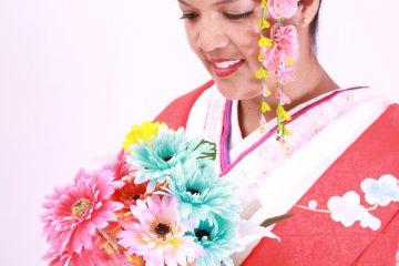 <p>Крупным планом ношение кимоно &quot;Учикаке&quot; и букет искусственных цветов. &nbsp;</p>