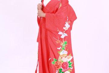 <p>Изображение в полный рост ношения кимоно &quot;Учикаке&quot; и реквизиторский зонтик. &nbsp;</p>