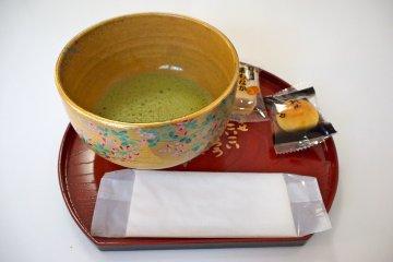 <p>Бесплатные зеленый чай матча и сладости были прекрасным штрихом. Госпожа Накахара желает, чтобы когда-нибудь она смогла расширить культурный обмен по средством чайной церемонии. &nbsp;</p>