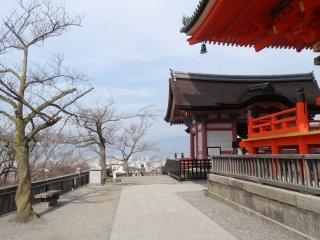 ระเบียงหินในบริเวณวัด มองเห็นวิวเหนือเมืองเกียวโต