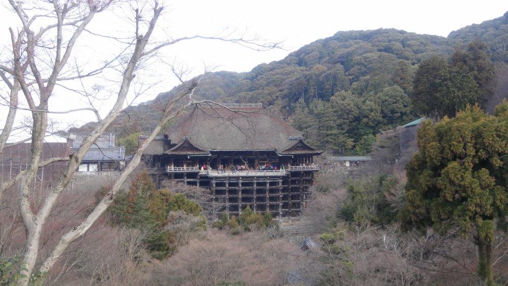 วัดคิโยะมิซุ-เดะระ (Kiyomizu Dera) ซึ่งแปลว่า วัดน้ำใสบริสุทธิ์ ตั้งอยู่กึ่งกลางระหว่างภูเขาโอะโตะวะ (Otowa) และทางตะวันออกของเมืองเกียวโต
