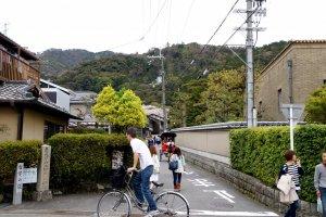 버스에서 내려 골목으로 들어가면 보이는 테츠가쿠노미치 초입