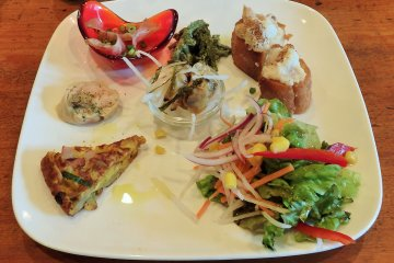 <p>The tasty appetizer plate - with items that change slightly depending on seasonal ingredients...</p>