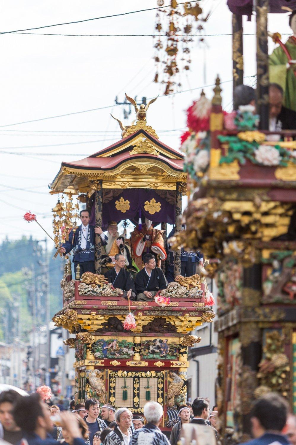 Les chars défilent à travers les rues de Yatsuo