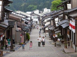 Les vieilles rues de Yatsuo sont bordées de maisons traditionnelles