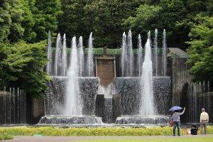 グリーンセンターのシンボル「滝・大噴水」。運転時間は10時・12時・14時です