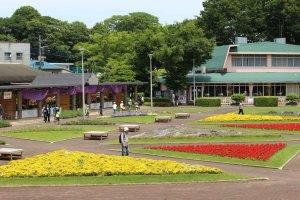 花壇広場。季節ごとに植え替えられる彩豊かな花々に自然と笑みがこぼれます