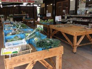 地元で取れた野菜が並ぶ。きれいで新鮮、安い。
