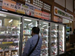 阿蘇の牛乳からできたアイスクリームもずらりと並ぶ。