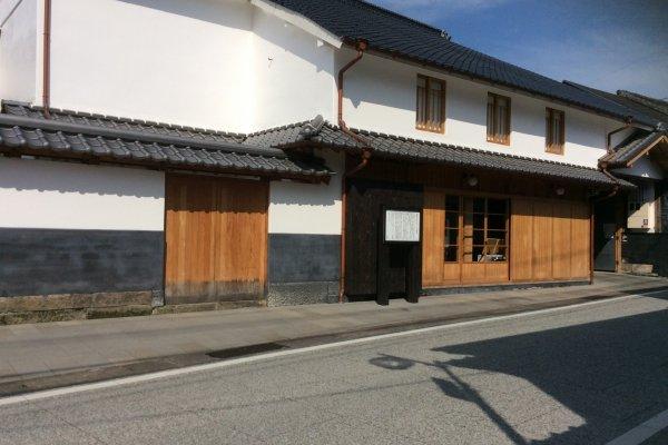 道路沿いに目を引く白壁の建物が御船街なかギャラリー。