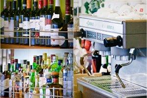 Beragam mesin espresso italia dan botol-botol minuman yang menarik