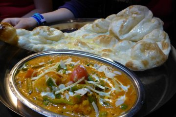Vegetable curry and plain naan
