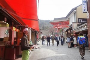 ถนน ซานเน็นซะกะเริ่มจากประตูหลักของวัดคิโยะมิซุ-เดะระ