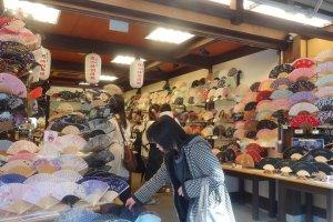 ร้านขายพัดโดยเฉพาะ ทั้งร้านมีแต่พัดญี่ปุ่น ซึ่งทำด้วยกระดาษและวาดระบายสีกันอย่างงดงาม