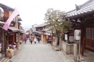 ถนน ซานเน็นซะกะ นิเน็นซะกะ เป็นถนนสองสาย ที่เรียงรายไปด้วยร้านค้า ร้านขายของที่ระลึก ร้านอาหาร และร้านขายขนมมากมาย