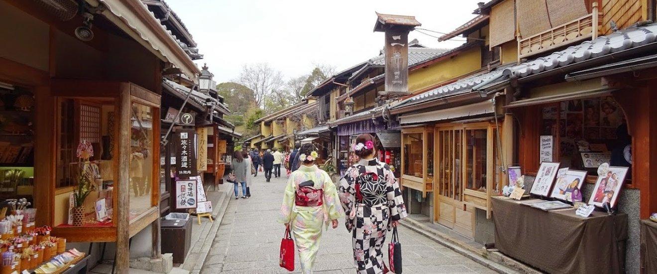 บนถนน ซานเน็นซะกะ นิเน็นซะกะ คุณจะเห็นสาวๆ แต่งตัวชุดกิโมโนเดินกันขวักไขว่