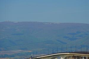 Cầu cảng với tầm nhìn ra những sườn đồi xung quanh