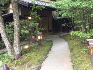 Ryokan Wakaba, with the garden leading to the entrance maintained beautifully.